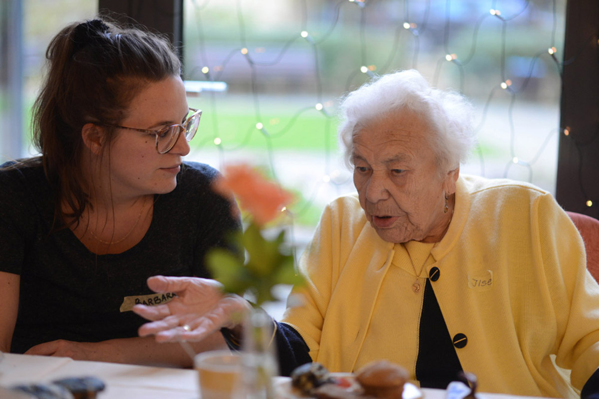 Foto/Copyright: Markus Wächter / Waechter<br /> mobil: 0177-2343663 mail: mgwaechter@aol.com<br /> Tante Inge / halbe Treppe / Nachbarschaftliches Engagement<br /> 14.11.2014<br /> Seniorenheim Casa Reha<br /> ältere Bewohner haben ihre Nachbarn eingeladen - mit Hilfe vom Projekt: Tante Inge